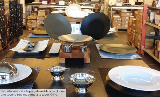 Le métal associé à la porcelaine blanche donne une touche très moderne à la table. © RG