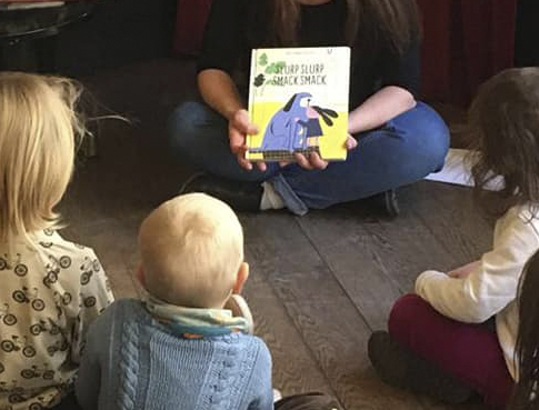 Les enfants goûtent à la lecture dans des bistrots lausannois